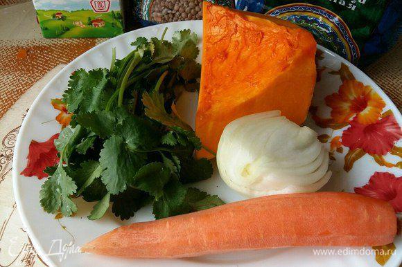 Морковь потереть на крупной терке, порезать лук полукольцами, тыкву кубиками 1 см.