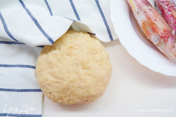 Вымешанное тесто кладем в миску, накрываем пленкой или салфеткой и отправляем в теплое место на 1-1,5 часа, пока тесто не увеличиться в 2 раза.