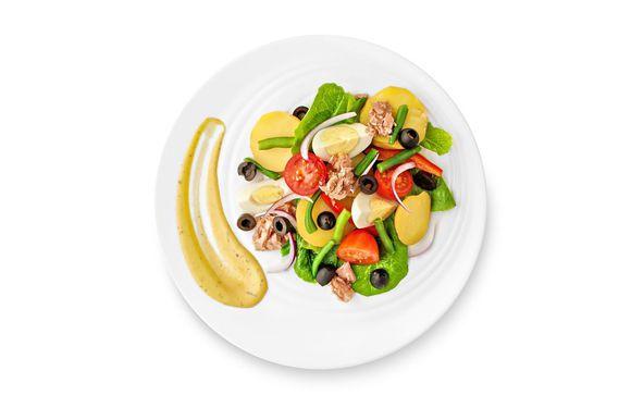 Все ингредиенты для салата соедините и добавьте горчичную заправку.