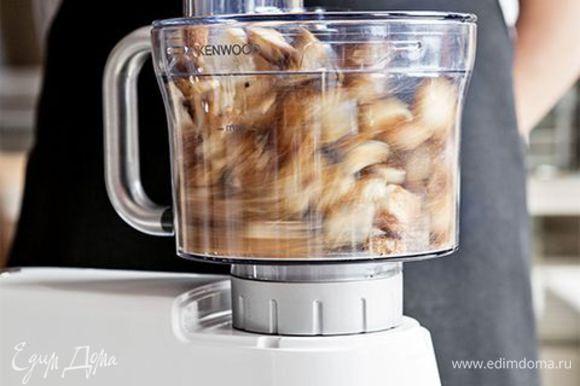 Измельчите сухари удобным для вас способом. А чтобы сократить время приготовления и получить идеальную однородную смесь, используйте кухонную машину KENWOOD с насадкой кухонный комбайн.