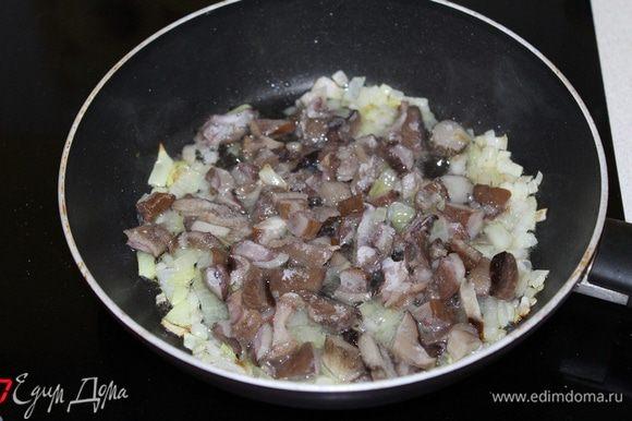 Разогреть масло, обжарить в нем очищенный и мелко нарезанный лук 1 шт., добавить грибы, обжарить еще пару минут.