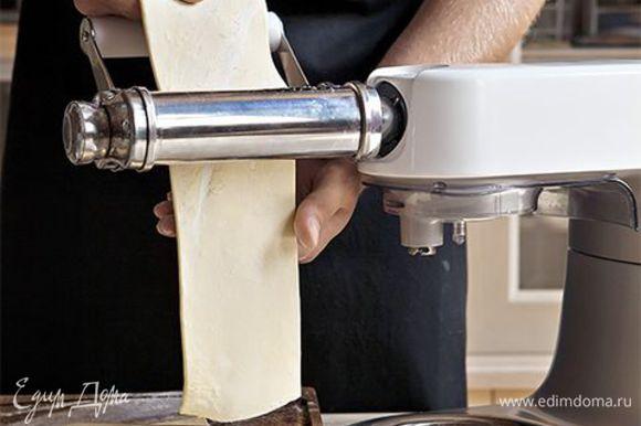 Раскатайте тесто удобным способом в тонкий пласт. Лучше всего с этой работой справится кухонная машина KENWOOD со специальной насадкой для раскатки теста. Разрежьте полученный пласт на полоски шириной 7–10 см.