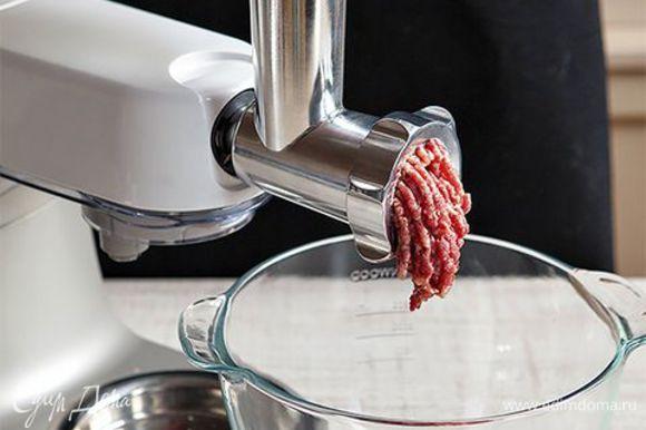 Бараньи кости промойте, залейте водой (1,5 л) и варите 1,5–2 часа. Время от времени снимайте пену и жир, жир не выбрасывайте. Бульон должен получиться крепким и наваристым. Готовый бульон процедите. Рис варите до полуготовности около 20 минут. Пока варится бульон, сделайте тефтели. Чтобы сэкономить время, воспользуйтесь кухонной машиной KENWOOD с насадкой мясорубка. С ее помощью вы измельчите мясо до состояния фарша быстро и без лишних усилий. Смешайте мясо с недоваренным рисом, добавьте перец, корицу, гвоздику, яйцо и посолите. Хорошенько вымесите фарш и слепите из него тефтели величиной с грецкий орех.