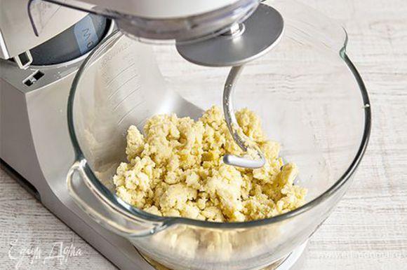 Вмешайте в картофель муку, желток и оливковое масло, чтобы получилось мягкое эластичное тесто. С этой задачей отлично справится кухонная машина KENWOOD с насадкой крюк. Она легко и быстро вымешает тесто до необходимой консистенции. Скрутите тесто в колбаску. Нарежьте колбаску на несколько частей и каждую скрутите ладонями в жгут (1–2 см толщиной). Нарежьте жгут на небольшие кусочки, придавите их пальцами, чтобы получилась подушечка. Закиньте ньокки в кипящую воду и варите, пока не всплывут. Сразу откиньте их в воду со льдом, а потом выловите шумовкой.