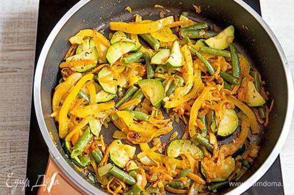 Разогрейте в глубокой сковороде 3 ст. л. оливкового масла и обжарьте на нем лук и чеснок до золотистого цвета. Добавьте в сковороду натертые овощи к луку с чесноком. Киньте туда же перец чили, тимьян, щепотку сушеных трав. Выложите фузилли в сковороду к овощам, перемешайте и снимите с огня.