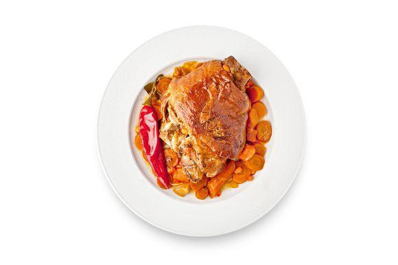 Добавьте к овощам воду, сахар, соль, соевый соус, половину облепихового сока, перец чили и доведите до кипения. Затем уменьшите огонь, добавьте рульки и тушите на среднем огне 2 часа. Добавьте оставшиеся овощи с облепиховым соком и тушите еще примерно час до тех пор, пока мясо не станет мягким. Готовность можно проверить шпажкой: нежное мясо должно легко протыкаться. Готовые рульки разрежьте пополам и подавайте с овощами и получившимся соусом.