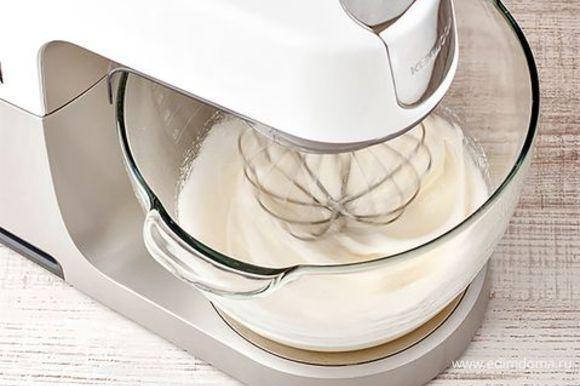 Белки отдельно взбейте до устойчивых пиков. Упростить задачу вы можете с помощью специальной насадки венчик. Процесс займет всего пару минут, а текстура взбитой массы будет более воздушной. Переложите основу для сорбета в охлажденную миску, быстро введите белки и сахарную пудру.