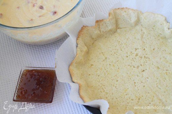 Основу пирога смазать джемом (2-3 ст. л., у меня был сливовый джем, автор рекомендует апельсиновый или вишневый).