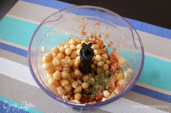 К измельченным овощам всыплем вареный нут, прованские травы, соль. Измельчим еще раз.