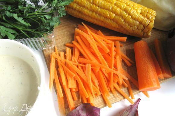 Морковь почистить, нарезать жульен (тонкой соломкой).