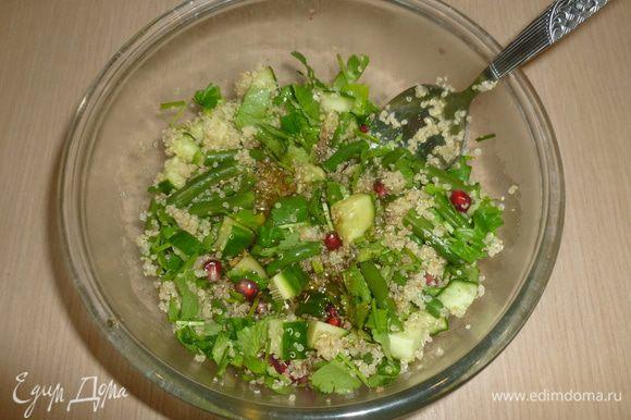 Соединить все ингредиенты в салатнике, заправить. Посыпать рублеными орехами. Приятного аппетита!