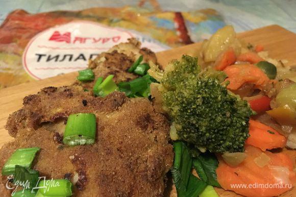 Смешиваем овощи-микс с тилапией. Посыпаем зеленым луком.