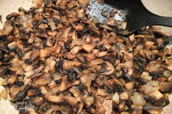 Добавьте грибы, посолите, поперчите и жарьте до готовности около 15 минут.