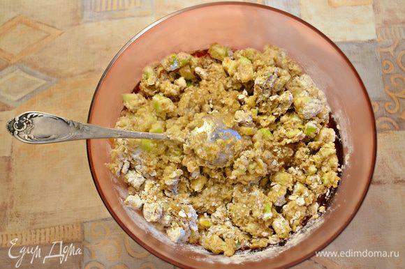 В миску к мучной смеси добавьте растопленное сливочное масло, мед, яблочное пюре с лимонной цедрой и тщательно перемешайте. Затем добавьте изюм и яблочные кубики, перемешайте. Дайте тесту постоять около 30 мин.