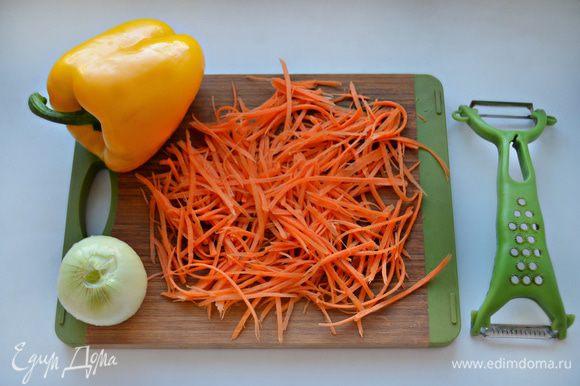 Морковь помойте, почистите и натрите очень тонким полосками (я это проделала с помощью «зубчика» овощечистки).