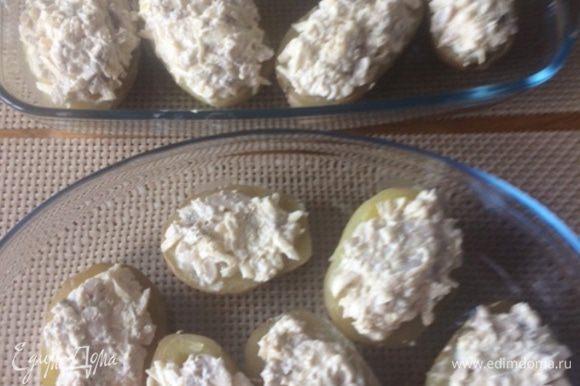 Распределяем начинку. Отправляем наш картофель запекаться в разогретую духовку до 180°С минут на 30-40 (следим за своей духовкой). Время запекания зависит от самой духовки, от величины картофеля, и, конечно, еще от сорта картофеля, так что ориентируйтесь на его готовность.