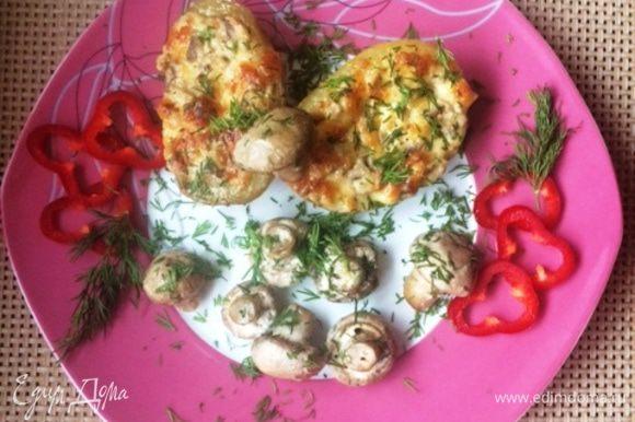 У меня оставались еще грибы, я просто их посолила, поперчила и распределила между картофелем. Подавать картофель горячим со свежими овощами и рубленой зеленью. Приятного аппетита!