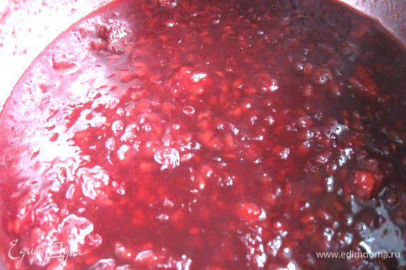 Приготовить соус. Ежевику поместить в сотейник, добавить 1 столовую ложку меда, 2 столовых ложки белого сухого вина, поставить на маленький огонь, ягоды размять, уварить наполовину или чуть больше (до загустения).