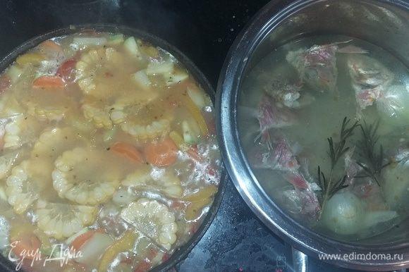 Бульон варить около 20 минут на среднем огне, присолить. Затем следует процедить его и влить в сотейник с овощами. Добавить мелко порезанный картофель, кружки кукурузы и томаты.