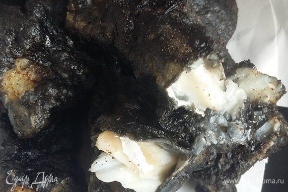 Погружать кусочки рыбы в горячее масло, готовить 2-3 минуты. Достать и выложить на бумажное полотенце. Тоже самое с картошкой — обжаривать в кипящем масле до готовности.