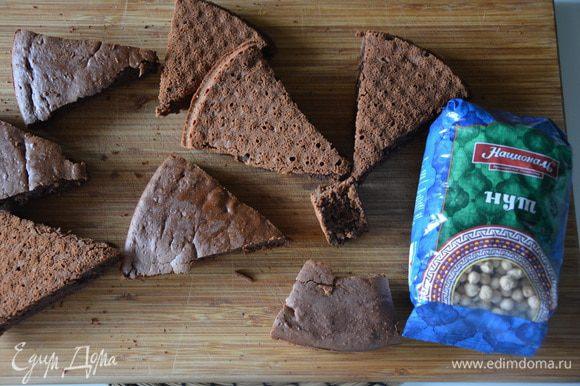 Вынуть бисквит из формы и остудить. Можно нарезать на куски, чтобы бисквит быстрее остывал. Один откусить :)