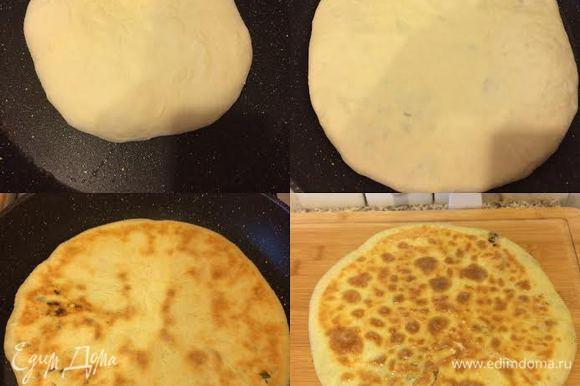 Сковороду нагреть, слегка смазать маслом, как на блины, переложить лепешку на сковороду и распределить по сковороде. Готовую лепешку смазать сливочным маслом. Теперь самое главное. Меня часто спрашивают: почему ваши лепешки тонкие, а наши нет?! Тут все просто: у меня большая сковорода (Д — 30 см), поэтому, когда я распределяю по ней лепешку, она получается тонкой, если я такую лепешку распределю по сковороде 20 см, она тоже будет толстой.