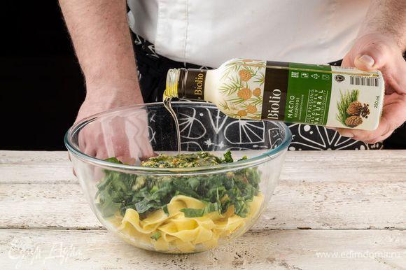 Сбрызнуть пасту кедровым маслом Biolio.
