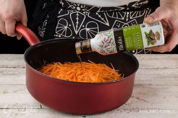 В сотейник налейте воду, положите морковь, соль, сахар, 1 ст. л. кунжутного масла Biolio. Все перемешайте и поставьте на огонь. Тушите на медленном огне 15 минут.