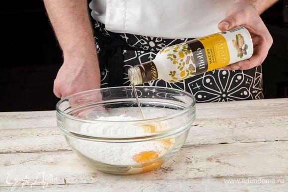 Духовку предварительно разогреть до 200°С. Выложить в миску все ингредиенты, необходимые для приготовления теста: муку (1 стакан арахисовой муки и 2 ст. л. пшеничной муки), добавить 2 ст. ложки сахарной пудры и соль, размягченное сливочное масло, желток. Все перемешать. Добавить к массе арахисовое масло Biolio и еще раз перемешать.