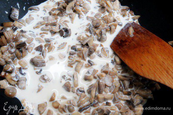 Подсолить грибы по вкусу и влить 100 мл сливок, тушить несколько минут, помешивая, до загустения сливок.