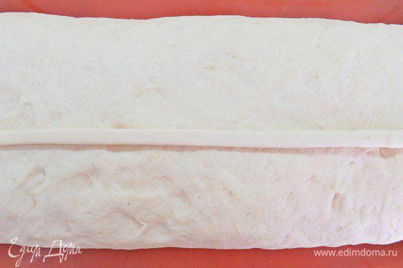 Аккуратно переворачиваем нашу кулебяку швом вниз на застеленный пекарской бумагой противень. Используя отложенный кусочек теста сделать украшения. Часть теста раскатать в длинный жгут и уложить по всей длине пирога, имитируя защип.