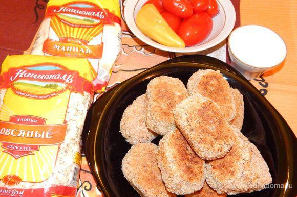 Подавать котлеты горячими с овощами или соленьями, а для тех, кто не постится, со сметаной. Приятного аппетита!