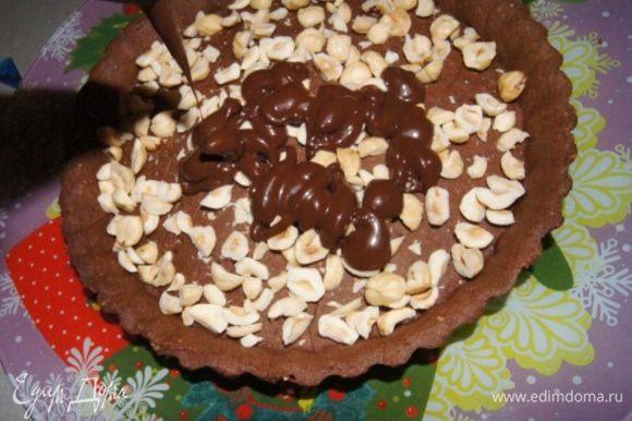 Наполнить тарт ганашем, разровнять.