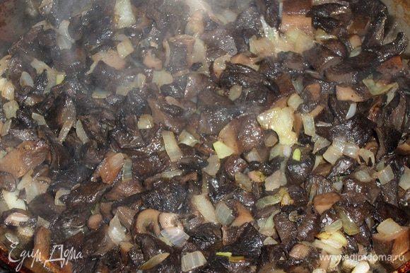 С сковороду наливаем 2 ст. л. растительного масла (чесночное). Выкладываем лук и грибы. Обжариваем 5 минут, периодически помешивая.