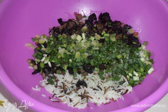 В чашку выкладываем отварной рис, обжаренные с луком грибы и нарезанную зелень. Добавляем по вкусу соль и смесь перцев.