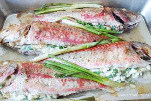 Оставшийся лук выложить в форму к рыбе.