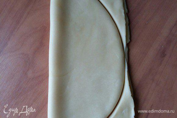 Берем нож для пиццы (им удобнее всего) и вырезаем форму рыбки
