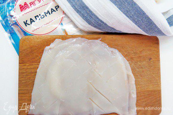 Кальмары почистить, удалив кожу и хитиновые пластины, хорошо промыть. Кальмары ТМ «Магуры» уже разделаны и подготовлены к употреблению, поэтому их нужно только промыть. Надрезать кальмар с одной стороны и распластать на разделочной доске внутренней стороной вверх. Сделать глубокие косые надрезы в виде сетки, не прорезая кальмар до конца.