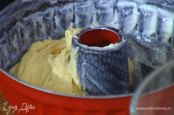 Форму с выемкой посередине смазать оставшимся сливочным маслом и выложить тесто, заполняя форму на 2/3 объема.