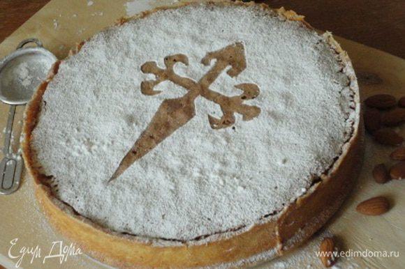 На полностью остывший торт укладываем шаблон клинка и посыпаем сахарной пудрой.