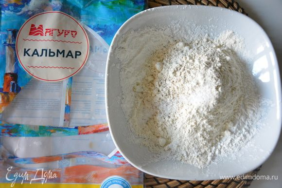 Смешать сухие ингредиенты для кляра: муку, крахмал, соль, перец.