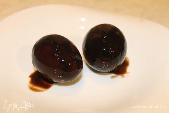 Извлеките яйца из маринада и переложите на салфетку, чтобы они подсушились.