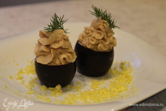 Переложите мусс в кондитерский мешок с насадкой звездочка и отсадите мусс в каждое яйцо. Украсьте закуску тертым желтком и веточками укропа.