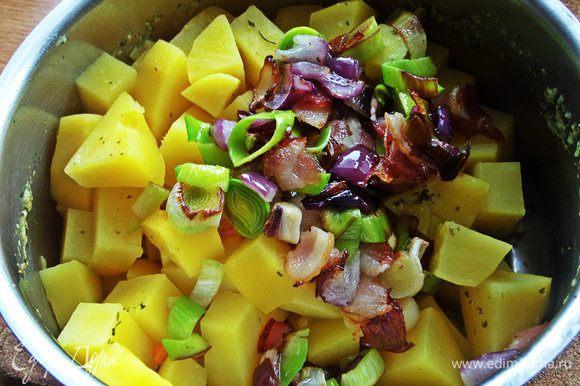 Картофель в это время сварился, слить лишний отвар в кружку, а в картошку высыпать содержимое сковороды.