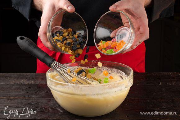 Добавьте в тесто цукаты и изюм. Накройте тесто пищевой пленкой и оставьте в теплом месте на 2,5-3 часа, пока оно не поднимется.