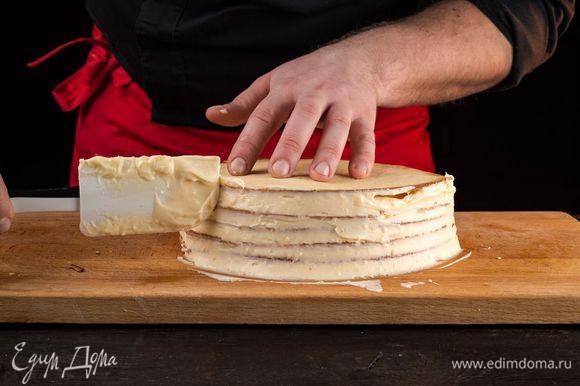 Смажьте верх и бока торта кремом.