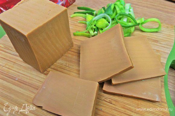 Коричневый норвежский сыр нарезать пластинками.