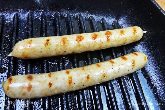 Колбаски (у меня куриные для гриля,без красителей, поэтому такие бледные) обжарить на гриль-сковороде.