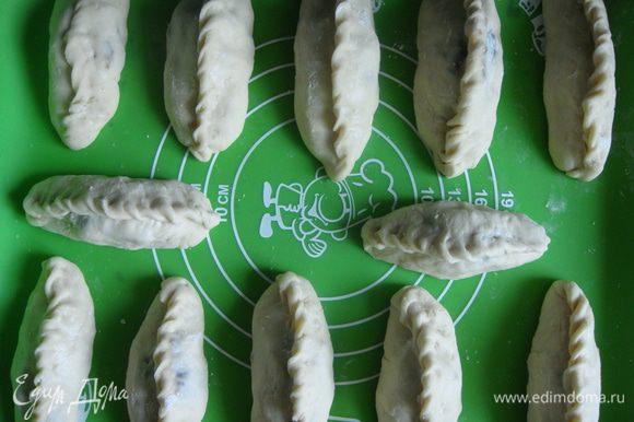 Противень смазать маслом или застелить силиконовым ковриком, выложить пирожки и оставить в теплом месте на 15 минут.