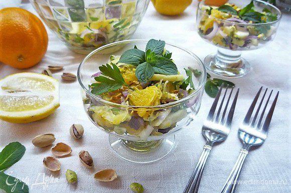 Укладываем салат в порционные салатники и подаем на стол. Приятного аппетита!